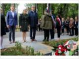 Zastępca Burmistrza Augustowa i radni miejscy składający kwiaty pod pomnikiem żołnierzy Armii Krajowej