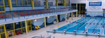 Zdjęcie przedstawiające widok na wnętrze pływalni miejskiej w Augustowie