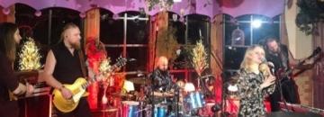 Zdjęcie zespołu grającego koncert