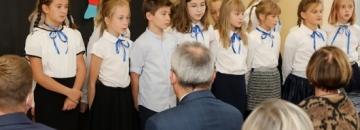 Występ dzieci podczas Dnia Edukacji Narodowej w Augustowie