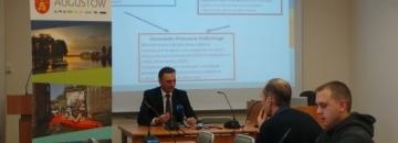 Zdjęcie z konferencji prasowej Rozstrzygnięcie sporu Urzędu Miejskiego w Augustowie i Starostwa Powiatowego w sprawie procedury zgłaszania modernizacji dróg miejskich