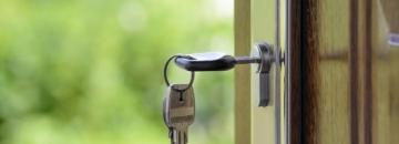 klucze w zamku drzwi