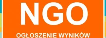 Ogłoszenie wyników otwartego konkursu ofert grafika na pomarańczowym tle białe litery NGO Ogłoszenie wyników  konkursu w prawym górnym rogu ligo Augustowa