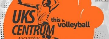 Plakat Meczu UKS Centrum Augustów - na pomarańczowym tle grafitowa grafika siatkarza
