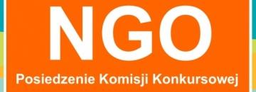 Grafika na pomarańczoeym tle w prawym górnym rogu logo Augustowa na środku  NGO Posiedzenie Komisji Konkursowej