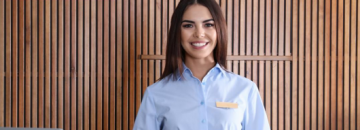 Grafika konkursu Polskiej Organizacji Turystycznej - zdjęcie kobiety w recepcji hotelowej