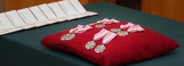 Medale za Długoletnie Pożycie Małżeńskie przypięte do czerwonej poduszeczki